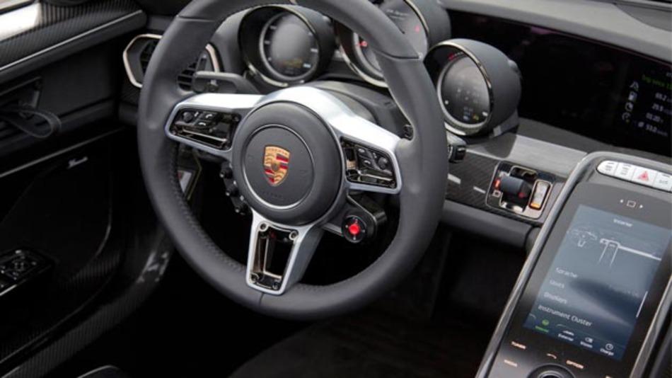 Das Web-basierte Infotainment-System gibt dem Fahrer das Bedienerlebnis, das er vom Smartphone her kennt.