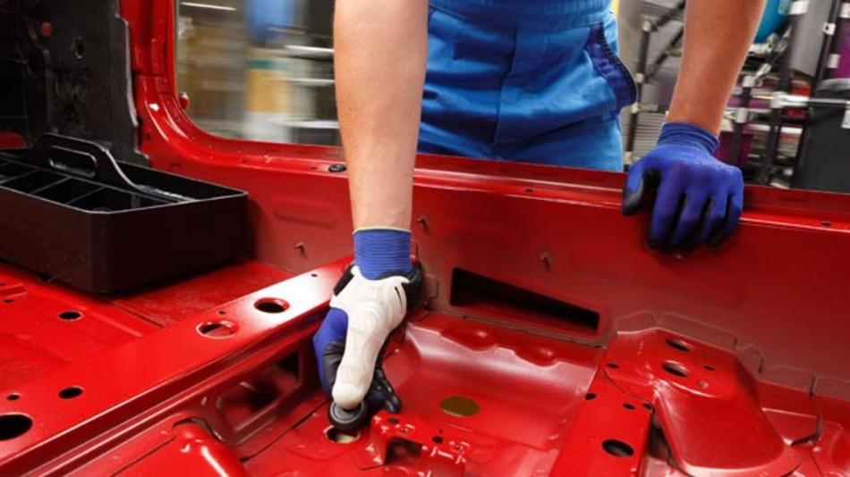 Eine maßgeschneiderte Montagehilfe aus dem 3D Drucker nutzt BMW im Rahmen eines Pilotprojektes.