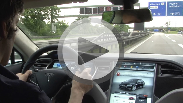 Tesla Model S auf der Autobahn bei München