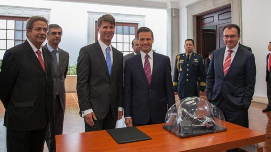 Harald Krüger, Produktionsvorstand der BMW AG, zusammen mit dem mexikanischen Präsidenten Enrique Peña Nieto bei der offiziellen Ankündigung des neuen Werks in Mexiko