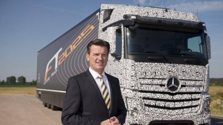 Mit Hilfe eines intelligenten Assistenzsystems kann der Future Truck 2025 auf der Autobahn ohne Fahrereingriff fahren.
