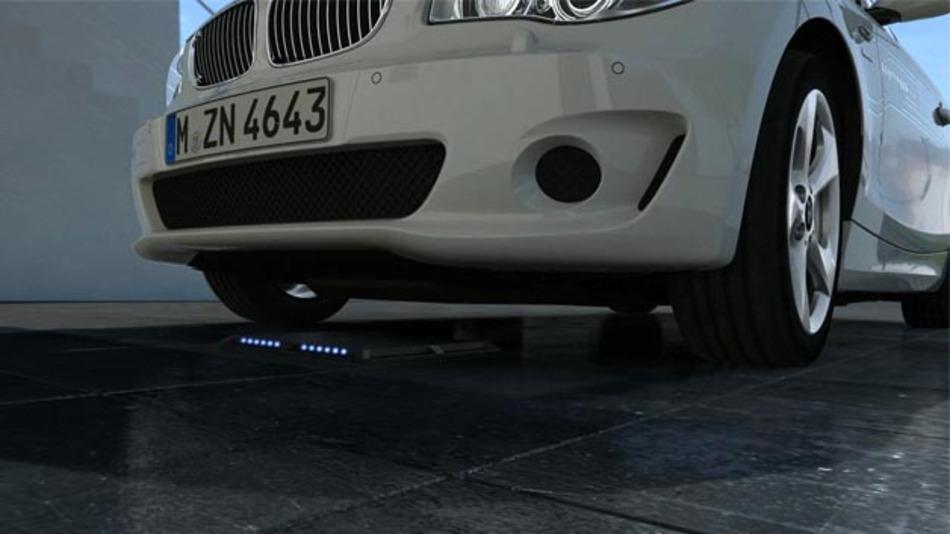 Für die BMW i-Serien könnte das umständliche Handling mit dem Ladekabel bald der Vergangenheit angehören.