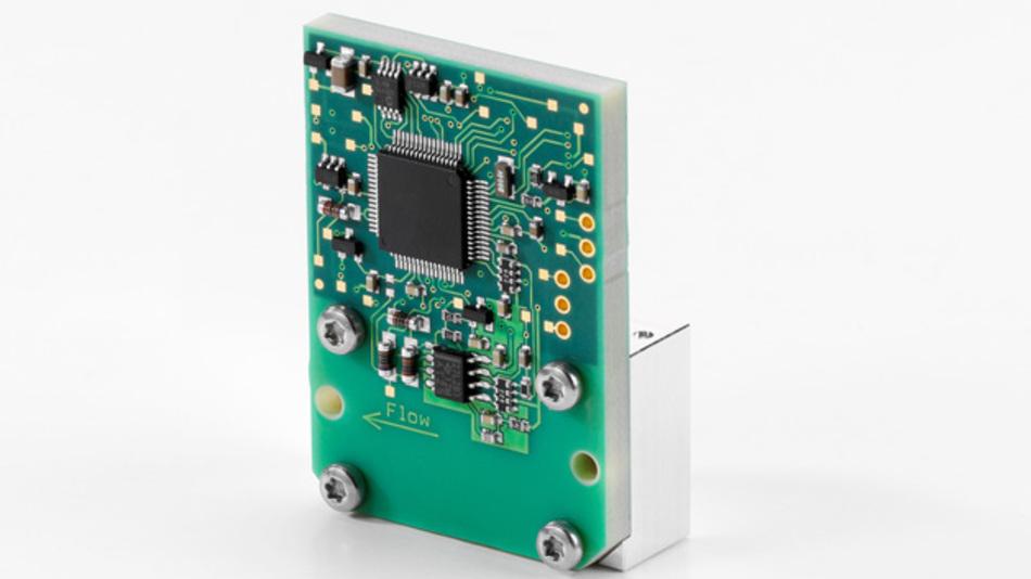 MEMS-Massenfluss-Meter für industrielle Anwendungen. Der Flusskanal wird durch einen Metallblock und eine spezielle stabile Verbundleiterplatte gebildet.