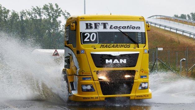Bei einem Race Truck steht noch die schiere Leistung im Vordergrund. Bei modernen Nutzfahrzeugen sind dagegen Verbrauchsreduzierung und intelligente Steuerungssysteme gefragt.