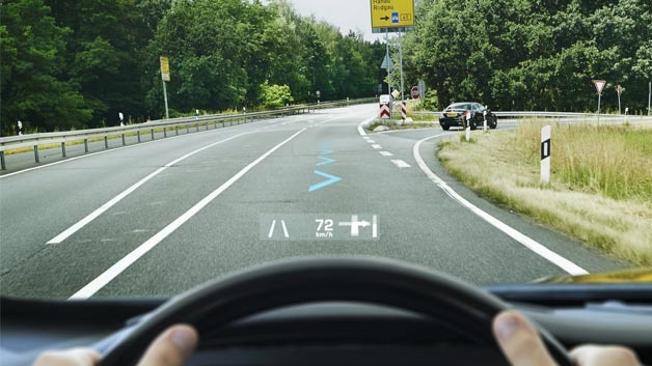 Bei der Navigation weist dem Fahrer an der Abbiegung vor dem Fahrzeug ein passgenau in die Außenansicht eingefügtes virtuelles Symbol den Weg.