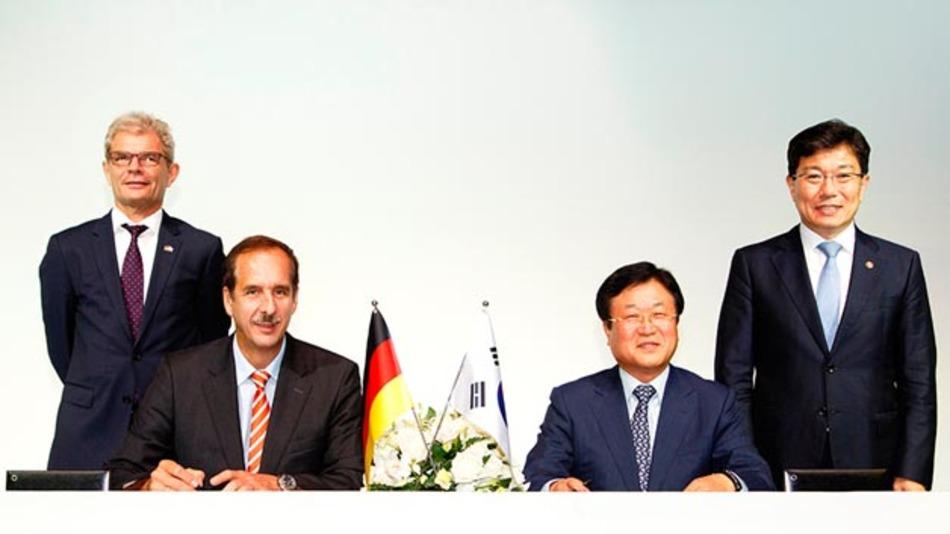 Rolf Mafael, Deutscher Botschafter der Republik Korea; Dr. Klaus Draeger, Mitglied des Vorstands der BMW AG, Einkauf und Lieferantennetzwerk; Sangjin Park, SAMSUNG SDI CEO, und Sangjick Yoon, Minister für Handel, Industrie und Energie bei der Unterzeichnung des MoU (v.l.n.r.).