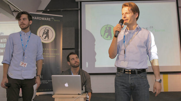 Dr. Alexander Pöschl spricht vor den Demo-Day- Besuchern und Teilnehmern über das Anliegen von Conrad Electronic Erfinder und Start-ups mit guten Technikideen zu unterstützen.