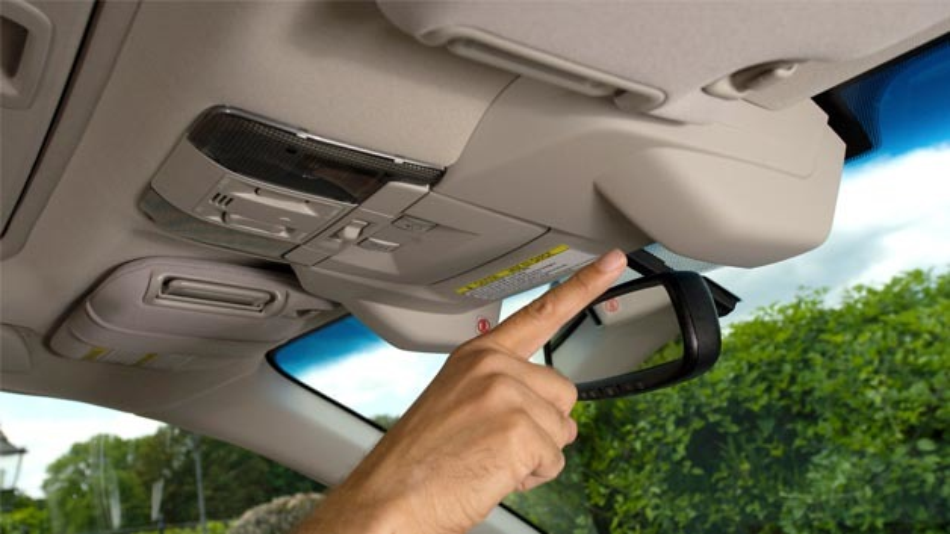 Eyesight von Subaru: Die beiden Kameras sind neben dem Innenspiegel angebracht.  Eyesight von Subaru: Die beiden Kameras sind neben dem Innenspiegel angebracht.