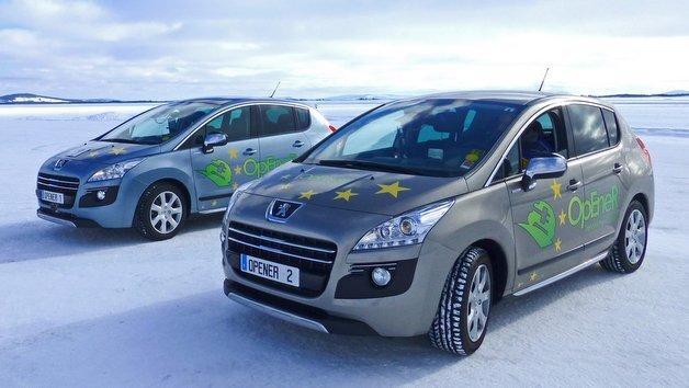 Mit zwei voll funktionsfähigen, elektrifizierten Demonstrationsfahrzeugen wurde beim Forschungsprojekts OpEneR ein erhebliches Potenzial für energieeffizienteres Fahren unter realen Verkehrsbedingungen ermittelt.