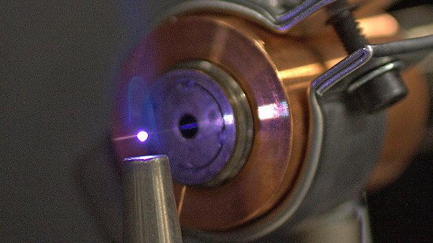 Forschungsarbeiten im Bayreuth Engine Research Center: Methanflamme an dem durch eine Laserimpulskette erzeugten Plasma.