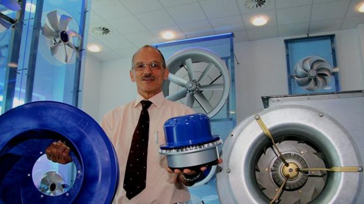 Gerhard Leutwein, Leiter der Elektronikentwicklung bei Ziehl-Abegg, präsentiert neben einem alten Gerät (rechts) aktuelle Technik: einen modernen EC-Motor und einen Radialventilator Cpro aus Hochleistungskunststoff.