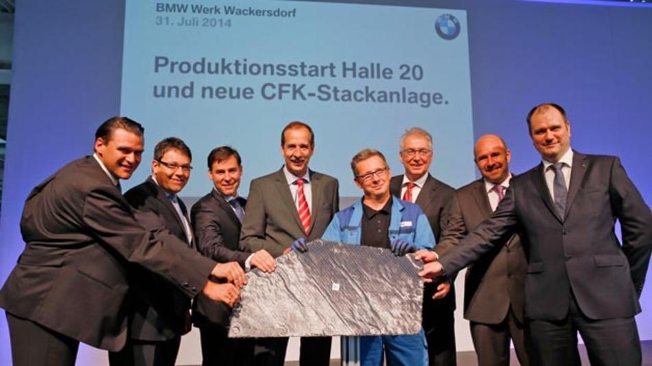 Inbetriebnahme der neuen CFK-Produktionsanlage im Innovationspark Wackersdorf der BMW Group: Thomas Ebeling (Landrat des Landkreises Schwandorf), Thomas Falter (Bürgermeister der Gemeinde Wackersdorf), Dr. Wolfgang Blümlhuber (Leiter Wertstrom CFK), Dr. Klaus Draeger (Mitglied des Vorstands der BMW AG, Einkauf und Lieferantennetzwerk), Andreas Eckl (Mitarbeiter mit dem ersten Bauteil), Jürgen Maidl (Bereichsleiter Logistik), Franz Brandl (Produktionsleiter CK-Stacken) und Thomas Dose (Standortleiter BMW Wackersdorf) (von links nach rechts).