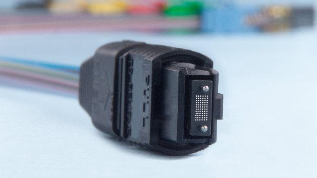 FiberMTP: Der Stecker kann bis zu 72 Fasern umfassen.