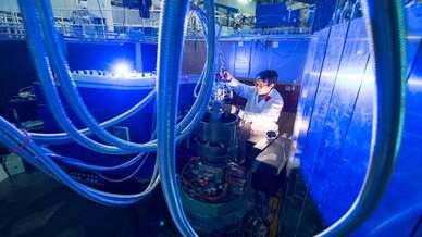 Dr. Jitae Park am Dreiachsen Spektrometer PUMA