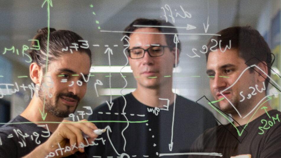 Das Forschungsteam erhofft sich, eine neue Solarzellentechnologie zu begründen: Marco Furchi, Thomas Müller, Andreas Pospischil (von links))