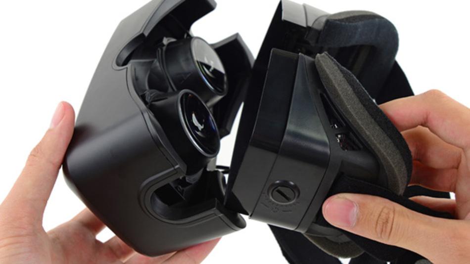 Die Virtual Reality Brille Oculus Rift wird auseinandergeschraubt.