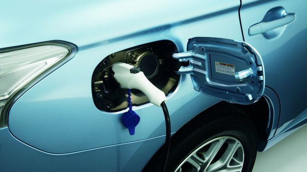 Plug-in-Hybride lassen dem Fahrer die Wahl: aufladen oder volltanken?