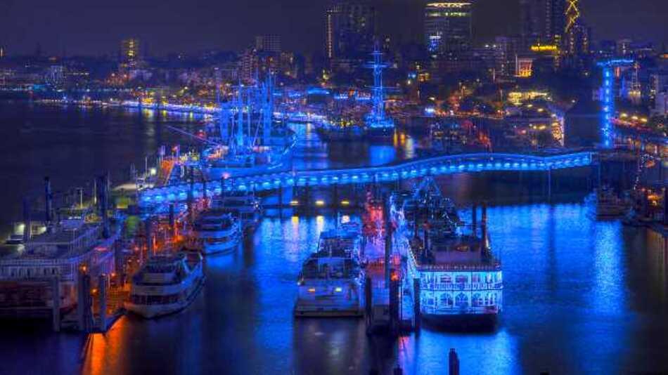 Auf 8,5 km Länge leuchtete der Hamburger Hafen ganz in blau