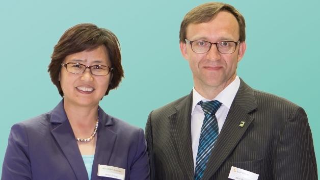»Für den curamik electronics ändert sich außer dem Namen nichts«, versichern Helen Zhang, VP PES Global business & Asia President, und Marc J. Beulque, Geschäftsführer Rogers Germany.