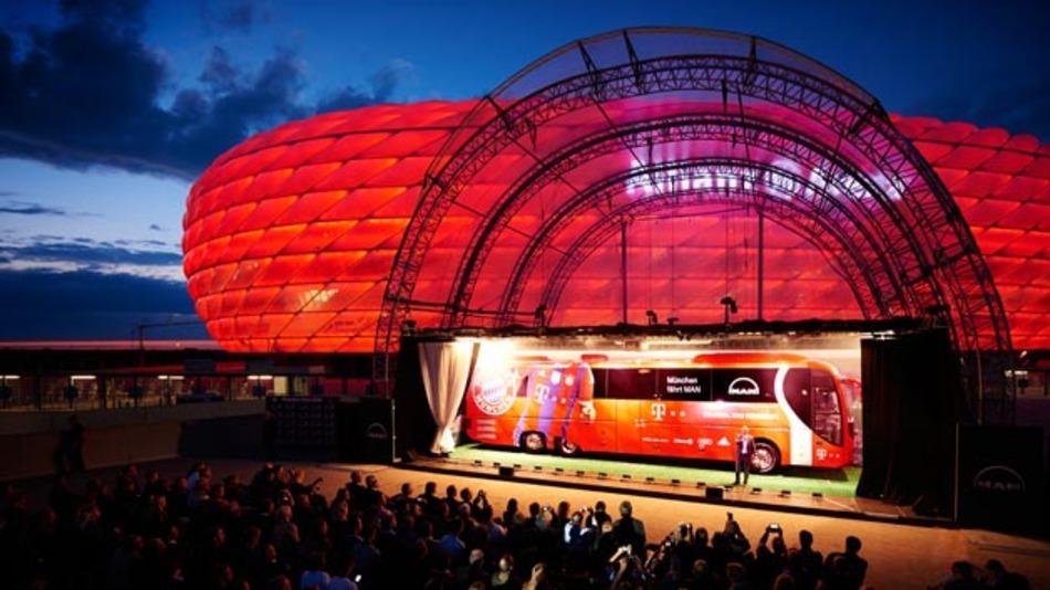 Damit die Mannschaft des FC Bayern sicher zum Spiel kommt, wurde der Mannschaftsbus mit dem Kamerasystem ProViu ASL 360 von Continental ausgerüstet.