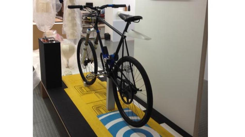 Mit dem induktiven Ladesystem von britischen Industrie-Designer und Futurologist Offer Canfi lassen sich E-Bikes schnell und einfach ohne Stecker und Kabel laden.