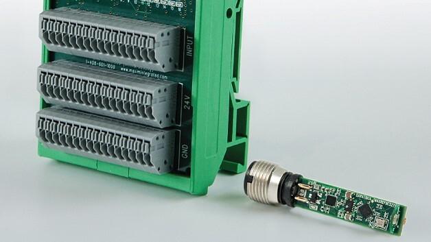 Mit 16 Digitaleingängen ausgestattet ist das IO-Link-Hub-Referenzdesign MAXREFDES36# von Maxim Integrated. Rechts unten im Bild das Näherungssensor-Referenzdesign MAXREFDES27#.