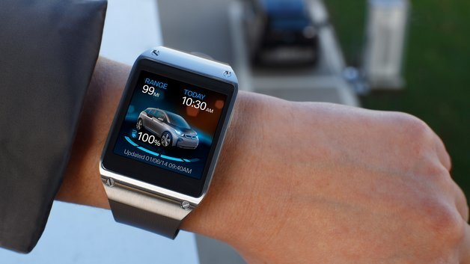Jederzeit den Ladezustand im Blick: Die Smartwatch Samsung Gear S zeigt die wichtigsten Fahrzeuginformationen an.