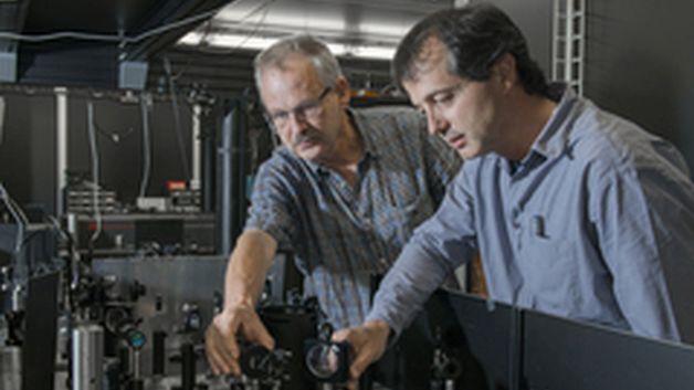 In der 'Laserhütte' des FEMTO-Experiments, an dem schon heute am PSI mit kurzen Röntgenpulsen experimentiert wird. Im Bild die Forscher Paul Beaud (links) und Urs Staub.