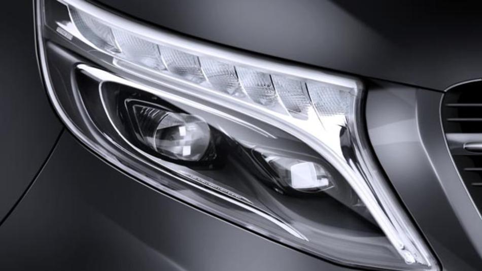 Die flügelförmigen Voll-LED-Scheinwerfer von Hella prägen die Front der neuen Mercedes-Benz-V-Klasse.