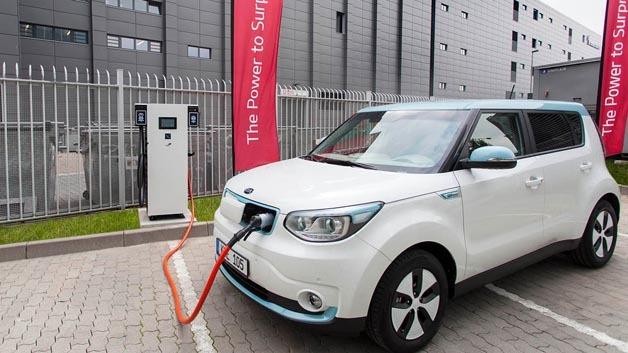 In der Theodor-Heuss-Allee in Frankfurt stehen die ersten beiden 100-Kilowatt-Schnellladestationen Europas von Kia.