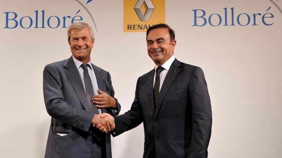 Carlos Ghosn von Renault (rechts) und Vincent Bolloré (links) bekräftigen ihre Partnerschaft mit einem Händeschütteln.