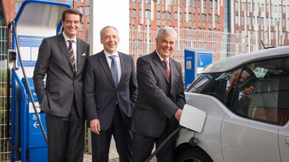 """""""Battery Second Life in Hamburg"""": Pieter Wasmuth (Vattenfall), Julian Weber (BMW Group), Senator Frank Horch (von links nach rechts)."""