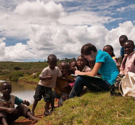 Auszeit fürs Ehrenamt? Die Ehrenamtlichen von Ingenieure ohne Grenzen planen und finanzieren selbstständig ihre Reise ins Ausland. Mareike Jenne flog nach Kenia um die dortige Regenwassernutzung zu verbessern.