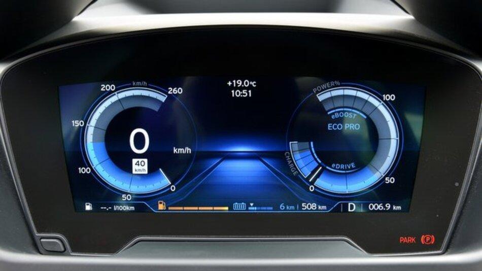 """Der Modus """"Comfort"""" zeigt im BMW i8 auf der rechten Seite des Displays ein Powermeter an, das die Energienutzung auf einer Rundskala darstellt."""