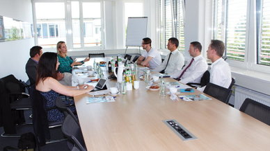 Offener Schlagabtausch: (v.l.) Moderatorin Claudia Rayling im Gespräch mit Harald Röder, Tabatha von Kölichen (beide Meru Networks), Aurel Takacs (Sysob), Willi Dütsch (Xirrus), Dirk Treue (Bintec Elmeg) und Eric Weis (funkschau).