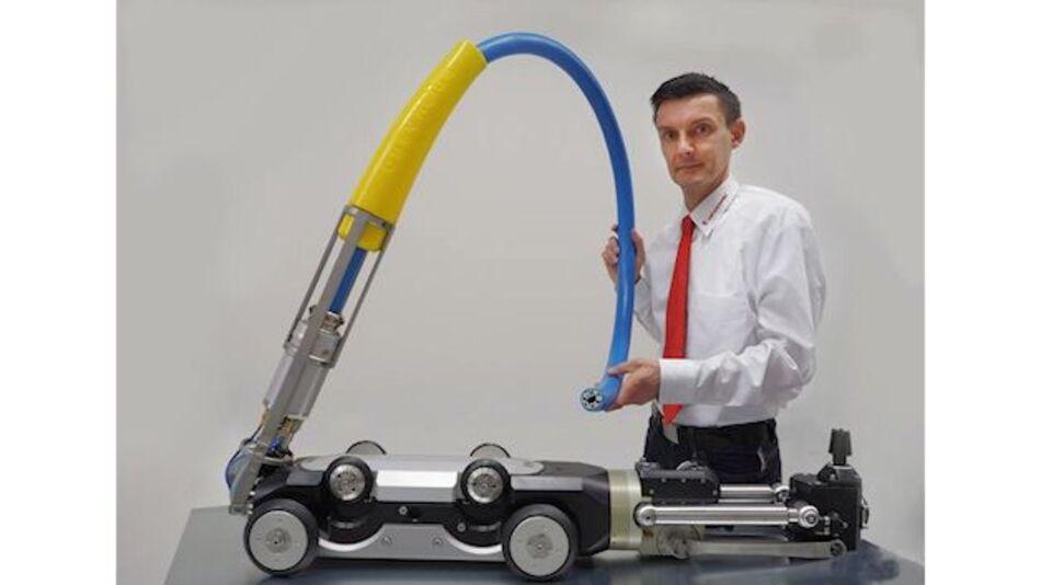 Mirko Böker, Produktverantwortlicher Spezialkabel, e-mobility und Kanalroboter bei HELUKABEL präsentiert eine Einkabellösung für einen pneumatischen Arbeitsroboter.