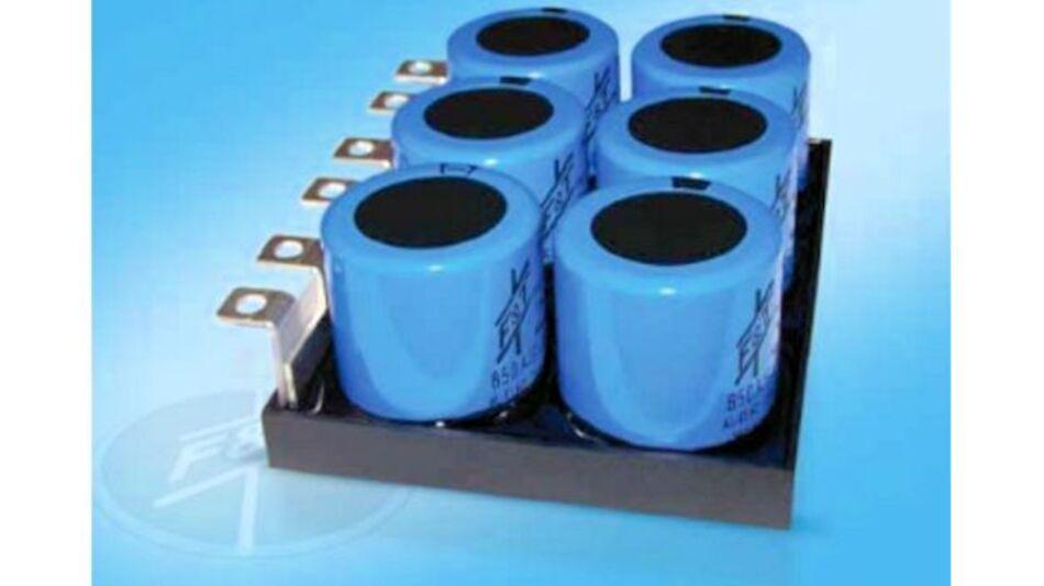 Der Kondensatorenhersteller FTCAP Fischer und Tausche Capacitors konzipiert und fertigt die Kondensatorenmodule jeweils nach kundenspezifischen Vorgaben. Im Falle von Elektrolytkondensatoren wird dabei ein Busbar mit mehreren Energiespeichern bestückt und in ein stabiles Kunststoffgehäuse mit Polyurethan fest vergossen. Die Kontaktierung kann in Serien- und Parallelschaltung erfolgen. Die benötigten Symmetriewiderstände sind bereits integriert. Diese Kontaktierung ermöglicht es, die Kondensatorenbank direkt mit dem IGBT zu verbinden und dabei schädliche Induktivitäten zu minimieren.  Durch die millimetergenau abgestimmte Bauhöhe lassen sich IGBTs und Kondensatoren mit demselben Kühlkörper kühlen und so die Leistungsfähigkeit steigern. Die optimierte Kühlung erhöht den überlagerten Wechselstrom, was sich positiv auf die Lebensdauer der Kondensatoren auswirkt.  Die innovativen Elko-Bänke finden vor allem in den Bereichen Antriebsteuerung und unterbrechungsfreie Stromversorgung Verwendung.