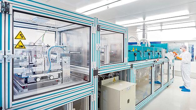 Bild 1. Bei der Herstellung der Lithium-Ionen-Zellen dürfen keine Partikel in die Elektrodenpasten geraten. Alle Schritte müssen deshalb im Reinraum ablaufen.