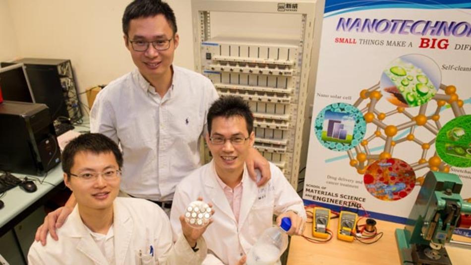NTU-Professor Chen Xiaodong (oben) mit seinen Forschern Tang Yuxin und PhD-Student Deng Jiyang.
