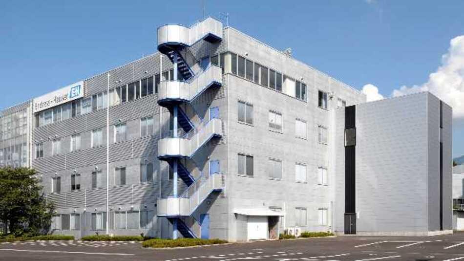 Unter diesem neuen Gebäude am Standort Yamanashi (Japan) hat Endress+Hauser eine Messstrecke zur Kalibrierung von Tankstandmessgeräten gebaut.