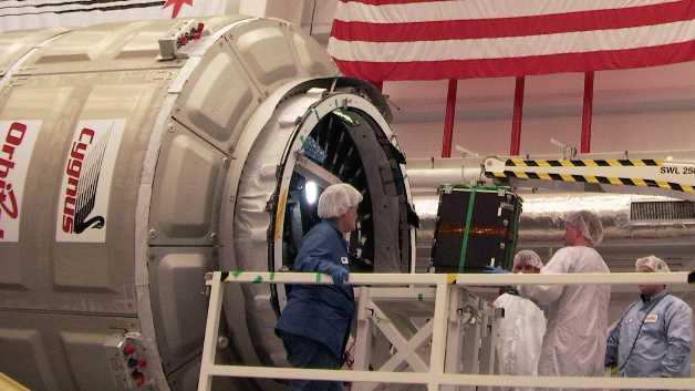 Das Ladegut mit befestigten MSR165-Datenloggern wird in den Raumtransporter »Cygnus« verladen.