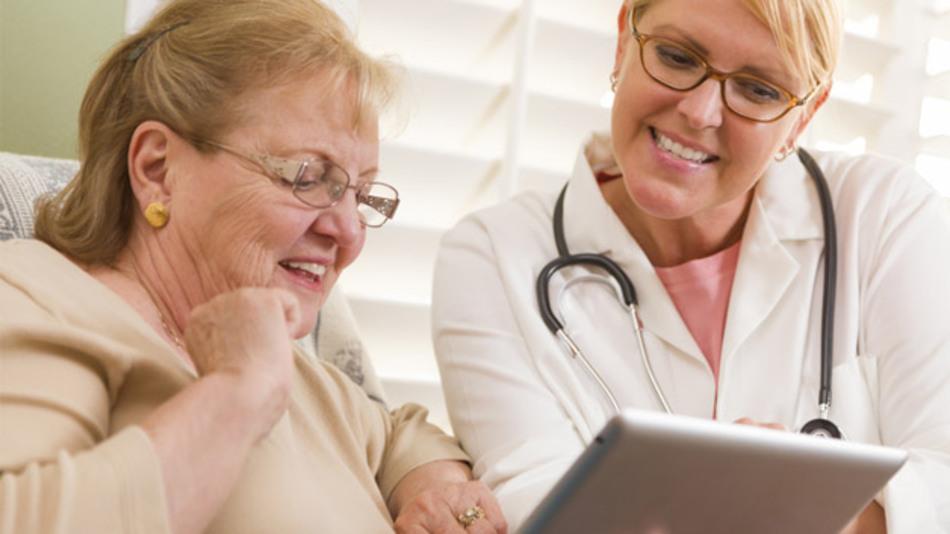 Seniorin bekommt Ambient Assisted Living erklärt