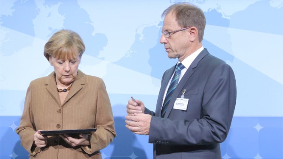 Infineon-CEO Dr. Reinhard Ploss mit Budneskanzlerin Angela Merkel.