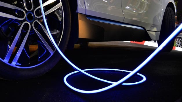 Das iEVC (illuminated Electrical Vehicle charging Cable) von Leoni erleichtert dem Benutzer nicht nur den Ladevorgang, sondern sorgt auch für mehr Sicherheit.