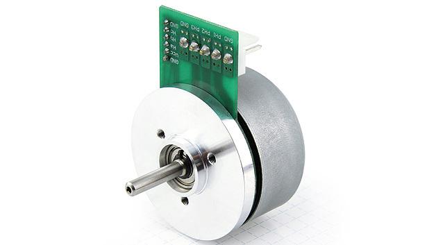 Nanotec hat seine BLDC-Flachmotoren um Modelle in drei unterschiedlichen Längen erweitert. Bei der Motoren-Reihe DF45 handelt es sich um 16-polige Außenläufer mit einem Standard-Durchmesser von 45mm und einer Länge von 27mm. Die GrößenS mit einer Außenlänge von 18mm und die GrößeM mit 21,6mm Außenlänge sind die neuesten Vertreter der Serie. Die Nennleistung beträgt 30W (Größe S), 50W (Größe M) und 65W (Größe L). Alle drei Baulängen sind gibt es jeweils als Ausführung mit integriertem Stecker oder mit Anschlusslitzen. Die Motoren sind auf Anfrage auch mit Flex-PCB erhältlich. Die Permanent-Magnete sitzen beim DF45 auf der Rotorglocke, die sich um den innenliegenden Stator mit den Wicklungen dreht. Im Vergleich zu Innenläufermotoren besteht der Vorteil dieser Bauweise in der kürzeren Bauform bei gleicher Leistung im geringeren Drehmomenttripple aufgrund des höheren Trägheitsmoments des Rotors.