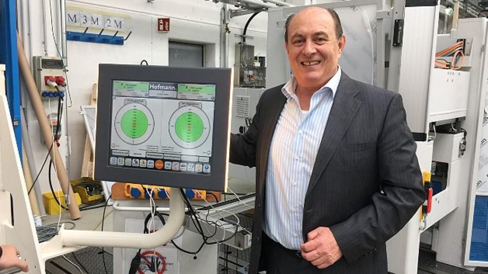 Dr. Boris Linschitz von Lucius & Baer mit einem Industrie-Display seines Unternehmens in »LED-Ambient-Lighting«-Technik