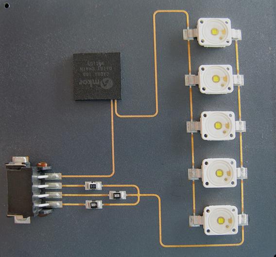 Bild 4: Eine bestückte Platte aus LDS-LCP-Kunststoff diente bei den Untersuchungen bei Zollner Elektronik als Experimentalträger für die LED-Schaltung
