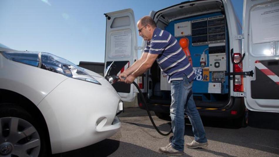 nissan: mobile ladestation lädt elektro-taxi in rom | elektronik