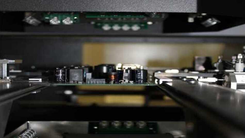 Die Reparaturdaten beider Prüflingsseiten werden in einem Datensatz zusammengefasst, gespeichert und einheitlich am Reparaturplatz dargestellt.