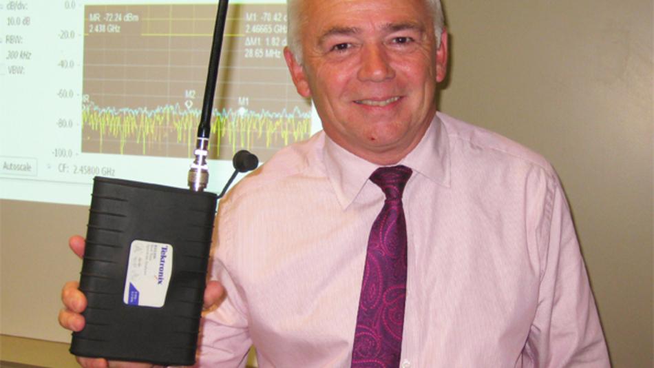 """Dean Miles, Senior EMEA Technical Marketing Manager bei Tektronix mit dem neuen tragbaren Spektrum-Analysator RSA306: """"Er ist noch nicht so klein wie eine Kreditkarte, aber wir sind auf dem richtigen Weg."""""""